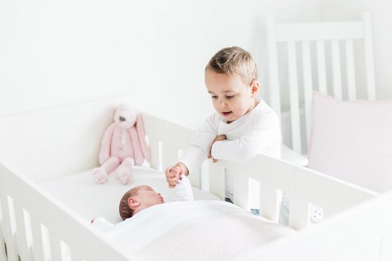 Fine Art fotograaf newbornshoot lifestyle thuis licht newborn baby fotoshoot fotoreportage Brabant Eindhoven Tilburg Den Bosch babykamer details bed Eersel Hoogeloon Vessem Moergestel Hapert Bladel Reusel Vlaanderen België